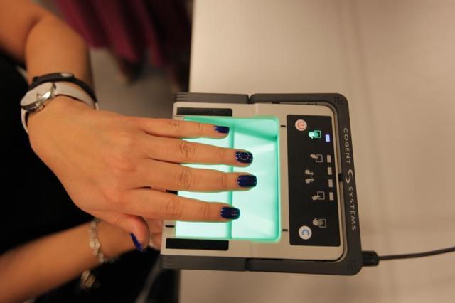 Сдача отпечатков пальцев для шенгенской визы